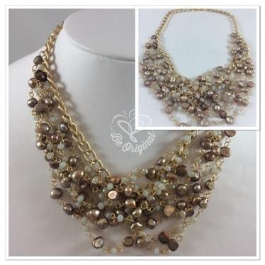 Elegante, delicado, lleno de detalles en perlas y cristales perfectamente combinados y entretejidos inmaculadamente con cadena color champaigne.
