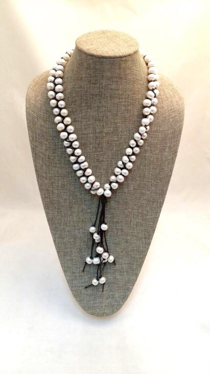 476877fe59ef Esta semana el protagonista es este soñado collar de perlas. Tiene un  estilo chic y diferente para llevar las perlas con estilo de una manera  casual.